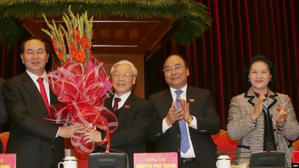 Trong lịch sử 86 năm tồn tại của đảng Cộng sản Việt Nam, có lẽ chưa bao giờ các lãnh đạo đảng lại cảm thấy kém tự tin như hiện nay. Việc cầm quyền không do dân bầu ra khiến họ lúc nào cũng lo sợ bị mất quyền lực, khiến họ nhìn thấy 'thế lực thù địch' ở khắp mọi nơi. (Ảnh minh họa)