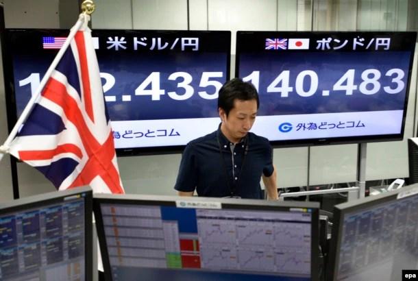 Bảng điện tử hiện các chỉ số chứng khoán tại một trung tâm chứng khoán ở Nhật ngày 24/6/2016, thời điểm nước Anh tổ chức trưng cầu dân ý.