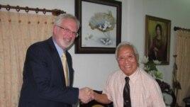 Đại sứ Hoa Kỳ tại Việt Nam David Shear và Bác sĩ Nguyễn Đan Quế