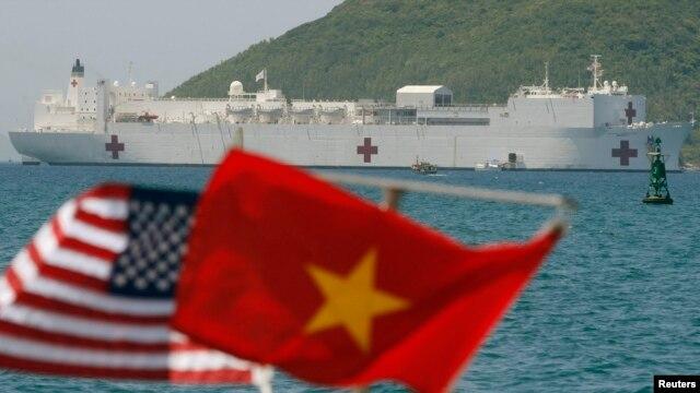 Tàu bệnh viện USNS Mercy là một trong hai tàu bệnh viện của Hải quân Mỹ với 1.000 giường bệnh và 12 phòng mổ được trang bị máy móc tối tân.