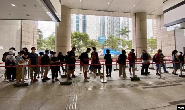 大批市民7月8日到西九龙裁判法院排队轮候旁听席,声援民主派初选47名被告。 (美国之音/汤惠芸)