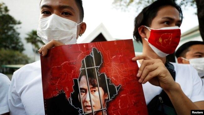 缅甸民众手举昂山素季画像聚集在泰国曼谷的联合国机构前。(2021年2月2日)