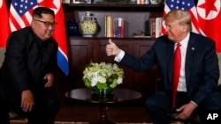 صدر ٹرمپ اور کم جونگ اُن کے درمیان ملاقات کا ایک منظر