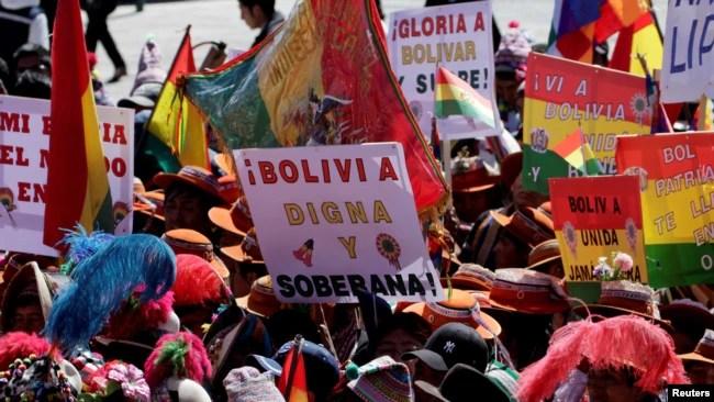 Ciudadanos participan en un desfile el día de la Independencia de Bolivia en Potosí el 6 de agosto de 2018.