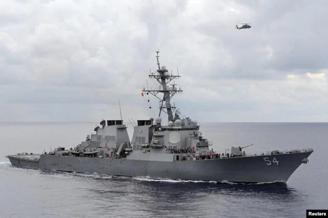 Khu trục hạm trang bị phi đạn dẫn đường USS Curtis Wilbur (DDG 54).