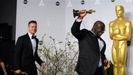 Steve McQueen (phải) với giải Oscar cho phim '12 Năm Nô Lệ', 2/3/14