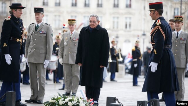 Cuba's President Raul Castro attends a ceremony at the Tomb of the Unknown Soldier at the Arc de Triomphe in Paris, France, Feb. 1, 2016.