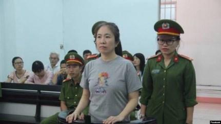 Blogger Mẹ Nấm xuất hiện tại tòa.