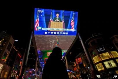 北京一座商场旁的电视屏幕正在播放美国当选总统拜登的讲话画面。(2021年1月8日)