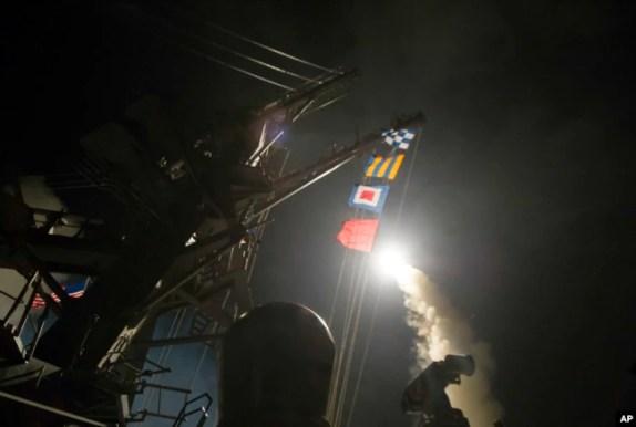 Imagen del lanzamiento de uno de los misiles crucero Tomahawk lanzado contra Siria desde el portaviones USS Ross (DDG 71) en el Mar Mediterráneo. Abril 7, 2017.