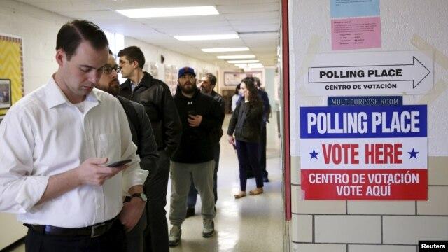 Cử tri Mỹ xếp hàng đi bỏ phiếu trong cuộc bầu cử Siêu thứ Ba tại trường Wilson ở Arlington, tiểu bang Virginia, ngày 1/3/2016.