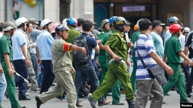 Công an và lực lượng dân phòng bao vây người biểu tình chống Trung Quốc tại TP HCM, ngày 18/5/2014.   - 4B028ECE FDA2 42EA AB78 914CE830886D w640 r1 s - Hà Nội thay đổi chiến thuật đối với các cuộc biểu tình chống Trung Quốc