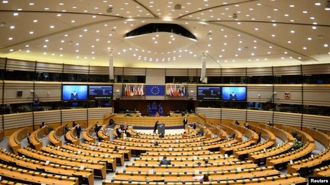 资料照片-在比利时布鲁塞尔,欧洲理事会主席米歇尔和欧盟委员会主席乌苏拉·冯德莱恩出席欧盟议会全体会议。 (2021年4月26日)
