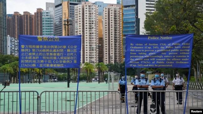 八九六四32周年之际,香港警察在维多利亚公园外设置路障并在旁站岗。(2021年6月4日)