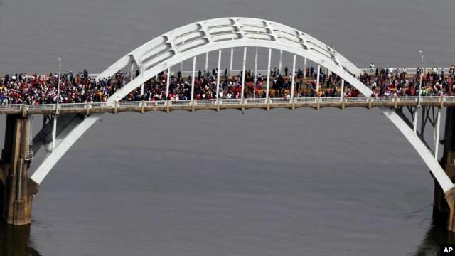 Đoàn người đi qua Cầu Edmund Pettus, ngày 8 tháng 3, năm 2015, ở Selma, Alabama, kỷ niệm sự kiện
