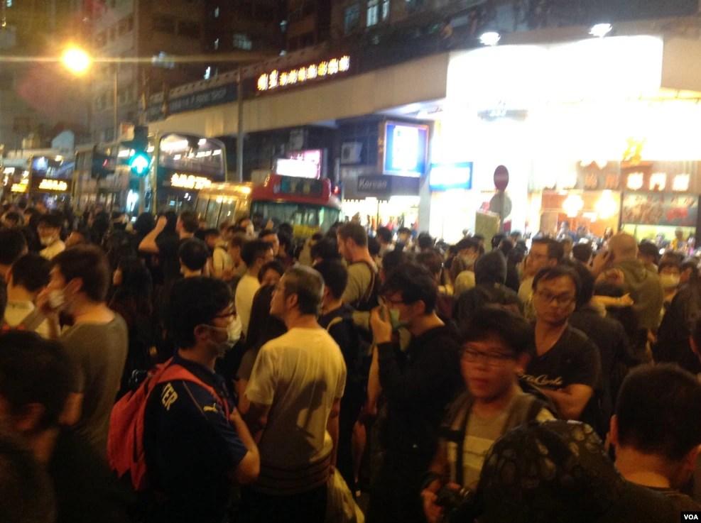 9点前,在中联办外与警察对峙的示威者突然撤离,轻往西区警署外的徳辅道西和西边街道口,现场双向交通中断,一场自2014年雨伞运动后的占领行动在酝酿中,现场至少有几千之。十多分钟后,警方开始广播,要求占路人士离开。