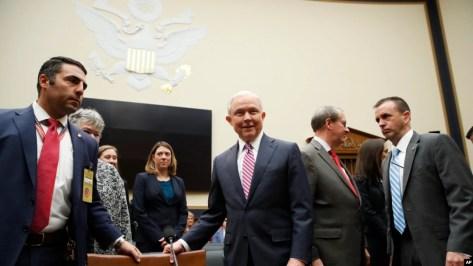 Minis Jistis Jeff Sessions pandan li tap rive devan Komisyon Afè Jiridik Chanm Depite a nan Washington DC, nan kòmansman jounen madi 14 novanm 2017 la.