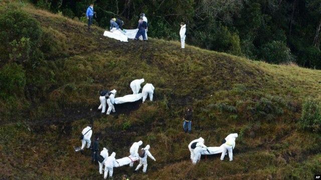 Les secouristes transportent les cadavres des victimes dans la zone montagneuse à l'extérieur de Medellin, en Colombie, le 29 novembre 2016.