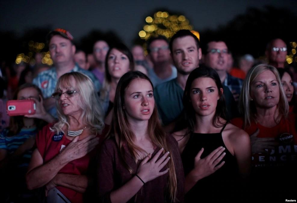 川普支持者在佛罗里达州的巴拿马城的竞选大会上,背诵美国人向国旗和国家宣誓效忠的誓词。 (2016年10月11日)