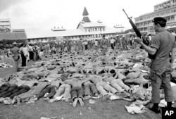Dokumentasi foto 6 Oktober 1976, polisi berjaga-jaga atas mahasiswa sayap kiri Thailand di lapangan sepak bola di Universitas Thammasat, di Bangkok, Thailand. Bagi sebagian orang Thailand, peristiwa berdarah 6 Oktober 1976 masih merupakan mimpi buruk. (Foto: AP)