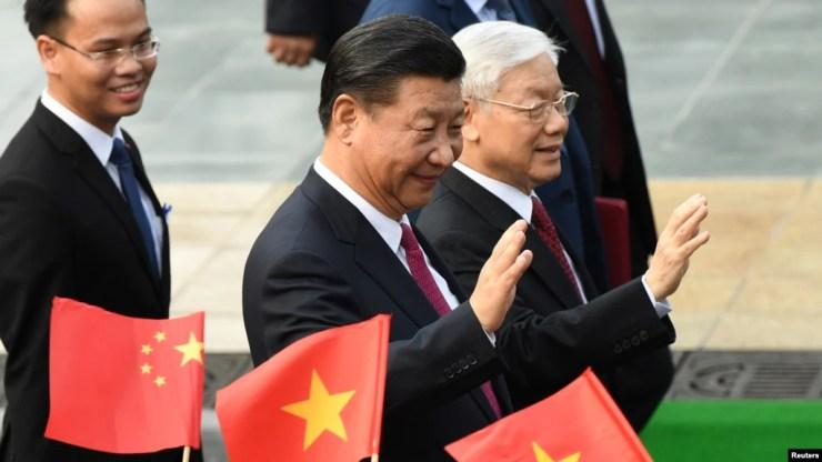 Chủ tịch Tập Cận Bình được Tổng bí thư Nguyễn Phú Trọng đón tiếp tại Hà Nội với 21 phát đại bác. Trong chuyến thăm 2 ngày kết thúc hôm 13/11, ông Tập đến thăm lăng Bác Hồ, dự khai trương Cung hữu nghị Việt-Trung và Trung tâm Văn hóa Trung Quốc ở Hà Nội.