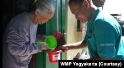 Masyarakat berperan aktif dalam penelitian dengan menjaga ember nyamuk wolbachia di rumahnya. (Foto: Courtesy/WMP Yogyakarta)