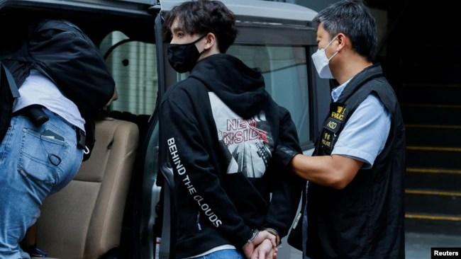 """香港警察逮捕本土派学生组织""""贤学思政""""的召集人王逸战 (2021年9月20日)"""