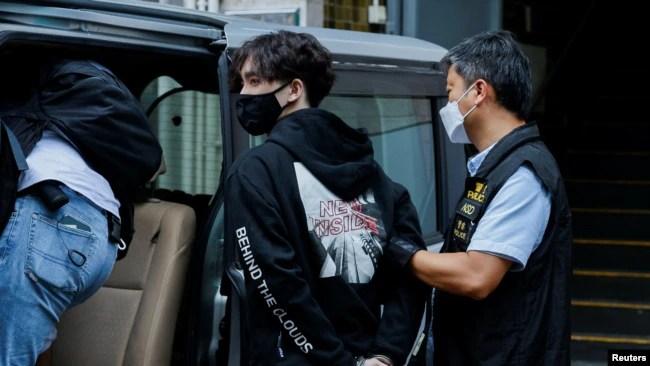 """香港警察逮捕本土派学生组织""""贤学思政""""的召集人王逸战。(2021年9月20日)"""
