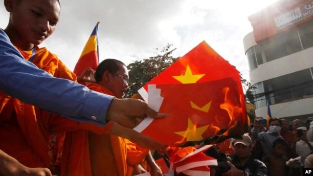 Quan hệ giữa hai quốc gia Đông Nam Á nóng lên thời gian qua sau khi phe đối lập Campuchia cùng các sư sãi xuống đường phản đối việc Việt Nam