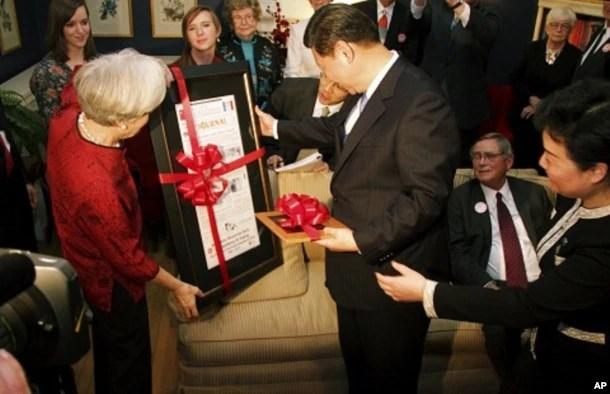 2012年2月15日,中国国家副主席习近平在美国爱奥华州拜访当地居民萨拉.蓝德的家