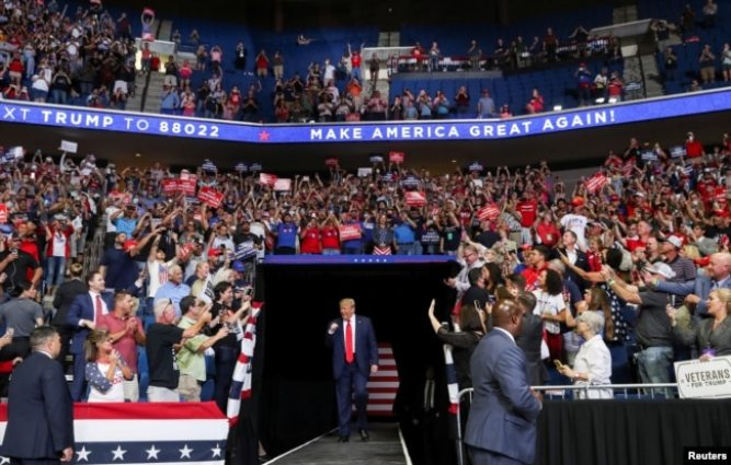 Tổng thống Donald Trump bước ra bục diễn thuyết trước sự cổ vũ của những người ủng hộ tại đấu trường thể thao BOK Center ở Tulsa, Oklahoma, ngày 20 tháng 6, 2020.