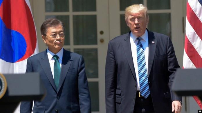 El presidente de EE.UU., Donald Trump (derecha) recibió al presidente de Corea del Sur, Moon Jae-in en la Casa Blanca el viernes, 30 de junio de 2017.