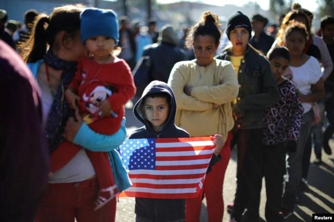 Miles de migrantes centroamericanos tendrán que permanecer en la ciudad fronteriza mexicana durante meses mientras toca el turno para solicitar el asilo.