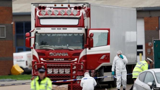 Cảnh sát tại hiện trường nơi 39 xác chết được phát hiện trên một xe tải ở Grays, Essex, Anh hôm 23/10/2019. REUTERS/Peter Nicholls