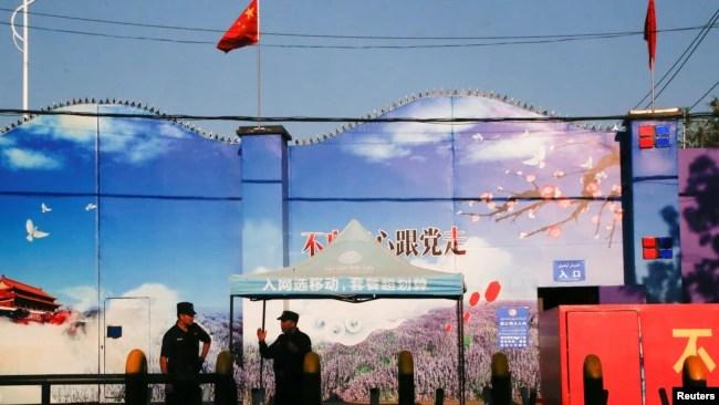 安全警卫驻守在新疆自治区霍城县一处中国官方称为职业培训中心的地方。