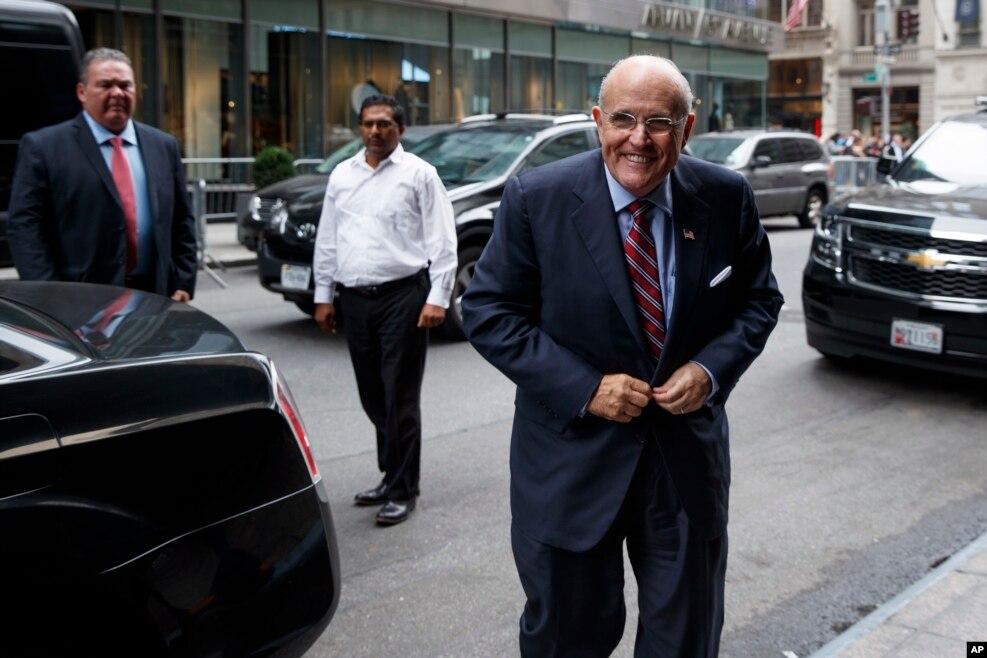支持川普的前纽约市长朱利安尼( Rudy Giuliani )来到纽约的川普大楼(2016年10月8日)