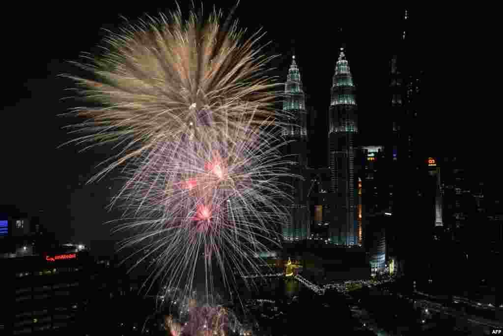 ملائیشیا کے دارالحکومت کوالالمپور کے مشہور پیٹروناس ٹوئن ٹاورز سالِ نو کے موقع پر ہونے والی آتش بازی سے جگمگا رہے ہیں۔