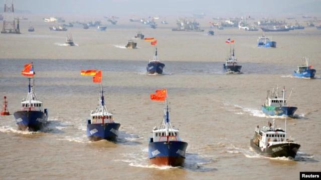 Tàu cá Trung Quốc đổ ra hoạt động ở khắp nơi trên trái đất, bị chỉ trích về việc đánh bắt quá độ và thường xuyên đối đầu với tàu bè nước khác tại những khu vực có tranh chấp ở Biển Đông.