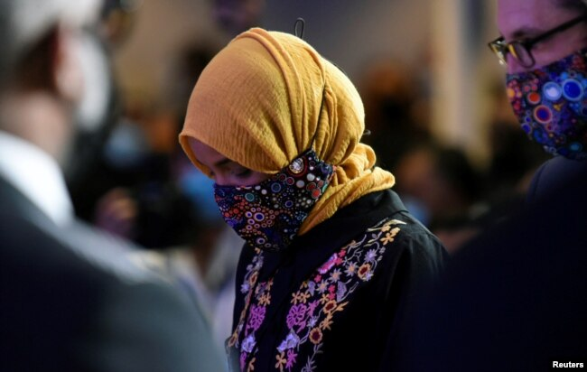 Perwakilan AS Ilhan Omar terlihat sebelum upacara peringatan George Floyd setelah kematiannya di tahanan polisi Minneapolis, di Minneapolis, AS, 4 Juni 2020. (Foto: Reuters / Nicholas Pfosi)