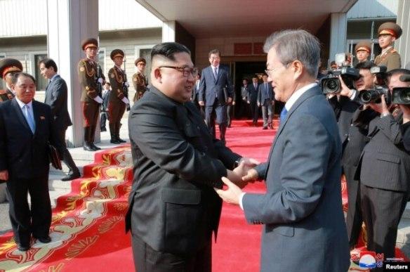 El presidente de Corea del Sur, Moon Jae-in, saluda con el líder norcoreano Kim Jong Un, durante un encuentro en la cumbre de Panmunjom, en Corea del Norte. Mayo 27, 2018.
