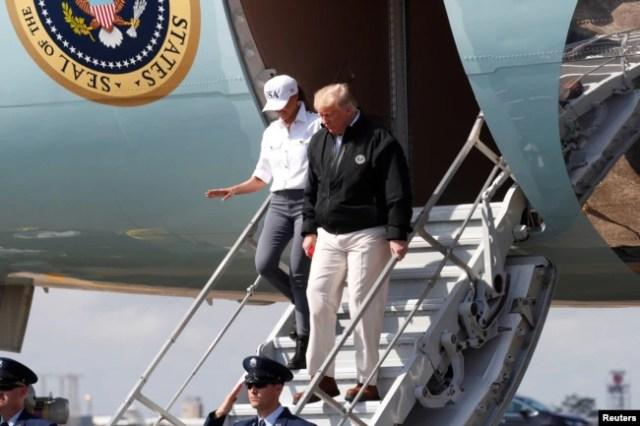 El presidente Donald Trump y su esposa Melania llegan a la base Eglin de la Fuerza Aérea en Florida, para visitar las zonas afectadas por el huracán Michael. Oct. 15, 2018.