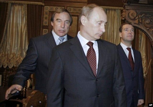 Фото 2009 року, Сергій Ролдугін поряд з Володимиром Путіним та Дмитром Медвєдєвим