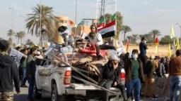 Manifestantes y milicianos cuando se retiraban del perímetro de la embajada de Estados Unidos en Irak el 1 de enero de 2020.