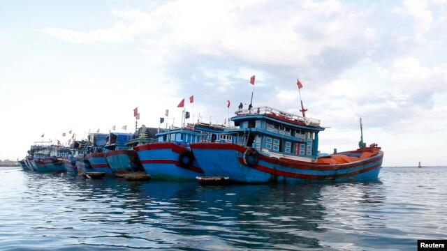 Thuyền đánh cá neo đậu gần đảo Lý Sơn, tỉnh Quảng Ngãi, Việt Nam.