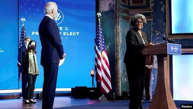 时为当选总统的拜登听取被他提名为美国常驻联合国代表的托马斯-格林菲尔德讲话。(2020年11月24日)