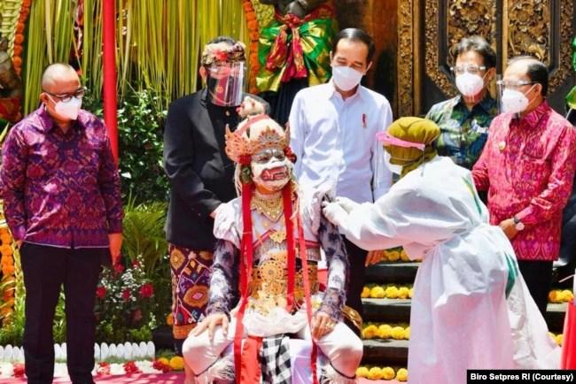 Presiden Jokowi meninjau vaksinasi massal di Puri Saren Agung, Ubud, Kabupaten Gianyar, Bali, Selasa, 16 Maret 2021. (Foto: Courtesy/Biro Setpres)