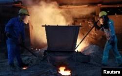 Công nhân làm việc tại một nhà máy thép ở Hải Dương, Việt Nam.