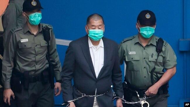 资料照:香港警察押送媒体大亨黎智英抵达法院。