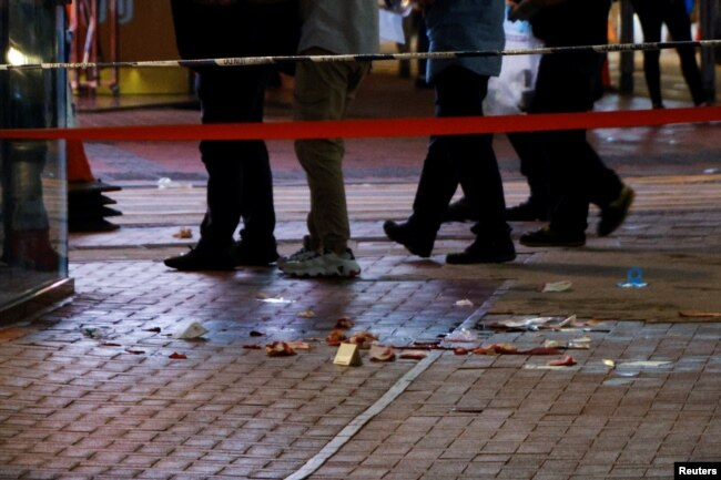 在香港主权移交中国 24 周年和中国共产党成立 100 周年之际,在香港铜锣湾一名男子据称刺伤一名警察的地方的人行道上看到血迹
