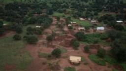 Des maisons brûlées à Bria, en Centrafrique, le 23 août 2018.